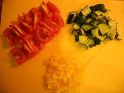 Нарезать помидоры, огурцы и перцы.