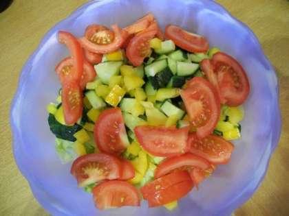 Добавить помидоры, огурцы и перцы в салатницу