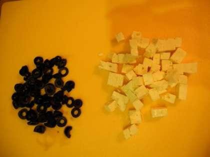Нарезать Фету и оливки