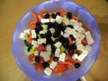 Добавить Фету и оливки в салатницу