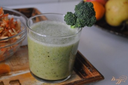 Готово! Добавить воду и взбить блендером до получения однородной массы.Украсить кусочками брокколи. Приятного аппетита!