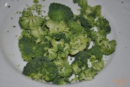 Отрезать самые крайние зеленые созветия брокколи
