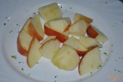 Убрать сердцевину у яблока, нарезать кусочками