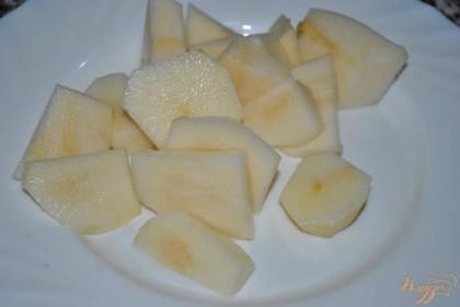 Очистить и нарезать кусочками грушу