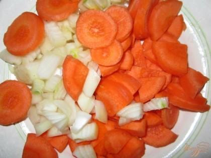 Очистить от кожицы, помыть и нарезать кружочками морковь.  Лук очистить от шелухи и мелко нарезать. И добавить в кастрюлю.