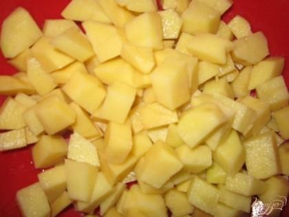 Картофель тоже очистить от кожицы, помыть и нарезать.