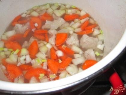 Добавить картофель. Сдобрить солью с перцем и варить до готовности. Заправить суп мелко рубленной зеленью, накрыть крышкой и снять с плиты.