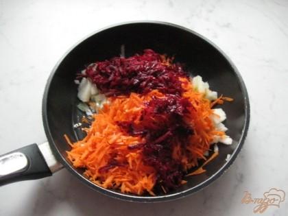 Морковь, лук репчатый и свёклу чистим, моем. Морковь и свёклу трем на терке, а лук мелко нарезаем.  На сковороду наливаем подсолнечное масло. Припускаем овощи минут 10-15 на сковороде на небольшом огне.