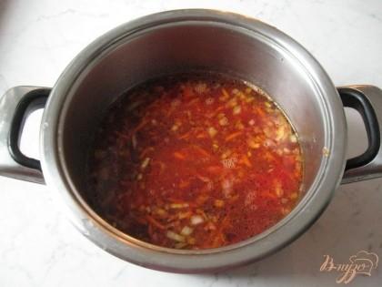 Затем отправляем в кастрюлю морковь, лук и свеклу. Варим все овощи до готовности.