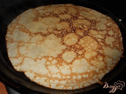 Жарить блинчики с двух сторон. Приготовить начинку - творог смешать с яйцами, солью, сахаром.