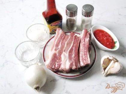 Для приготовления этого блюда понадобятся: свиные ребра, лук репчатый, помидоры, чеснок, соевый соус, соль, сахар, перец молотый, мука, подсолнечное масло.