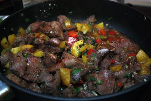 Добавляем к печени чеснок, имбирь, сахар, перец и соевый соус. Перемешиваем и выключаем огонь.