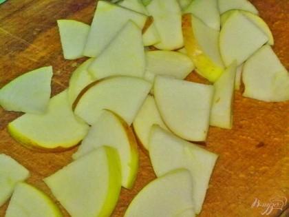 Яблоко помыть, удалить сердцевину и нарезать большими ломтями.