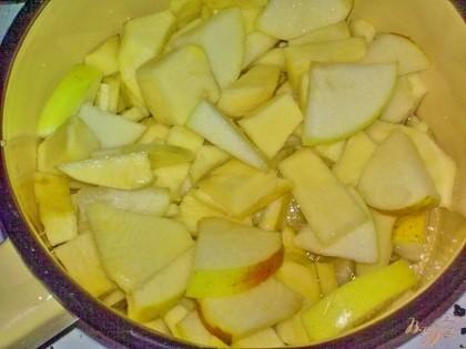В кастрюле растопите сливочное масло. Выложите в нее репу и яблоко. Добавьте сахар и соль. Тушите на маленьком огне до готовности, помешивая.