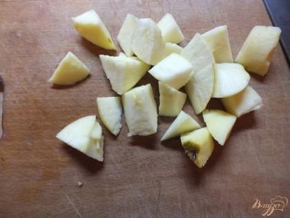 Яблоки вымойте и нарежьте дольками. Лучше всего подойдут голден.