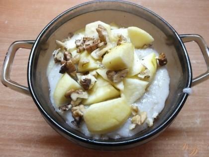 Готово! Добавьте яблоки и орехи, перемешайте. Такое блюдо вкусное и очень полезное. Кроме того довольно сытное так что подойдет и на завтрак, и на обед.