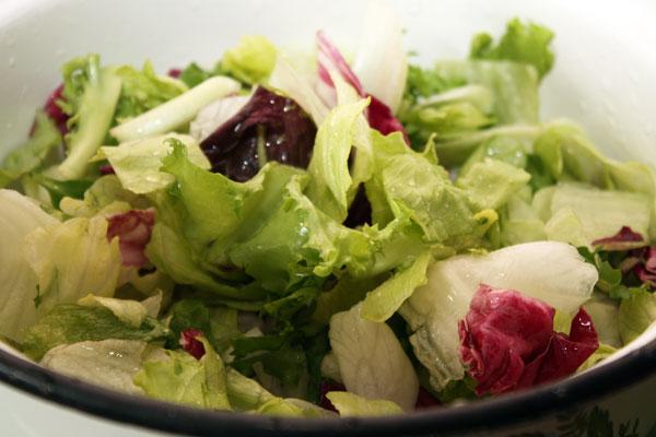 Туда же положим листья еще трех видов салата — айсберг, радиччо и фризе.  В общем-то листья салатов можно подбирать по собственному вкусу, мне просто попалась именно такая комбинация.