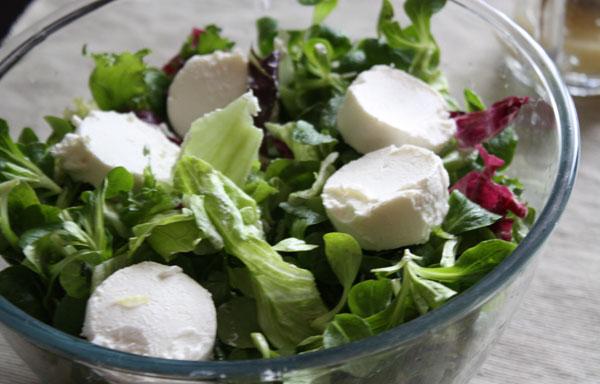 Добавим в салат кусочки нежного молодого козьего сыра.