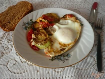 Готово! Подаем яичницу сразу же, горячей, с кусочком хлеба. Приятного аппетита!