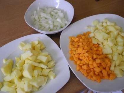 Овощи и яблоки мелко порезать