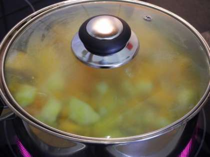 Добавить воду в кастрюлю и накрыть крышкой