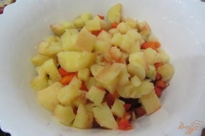 Картофель отчистить от кожуры нарезать кубиками, добавить к остальным ингредиентам.