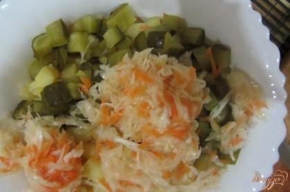 Квашеный огурец промыть кипяченной водой, обрезать попки, нарезать кубиками, добавить в салат.