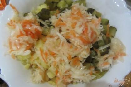 Квашеную капусту хорошо отжать. Добавить в салат.