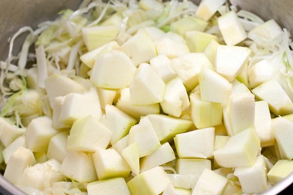 Кабачок нарезать кубиками и отправить к капусте. Если кабачки молодые, то их не нужно чистить от кожицы и семечек.
