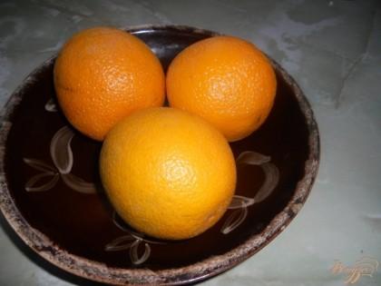 Перед тем, как продолжать готовить ревень подготовим апельсины. На килограмм ревеня берем две-три штуки среднего размера. Промываем их как следует, желательно с щеткой.