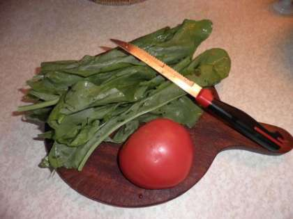 Щавель и помидор порезать