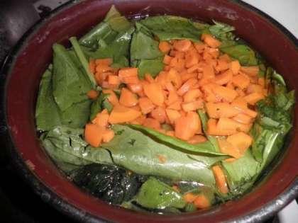В бульон добавить шпинат, щавель и остальные овощи