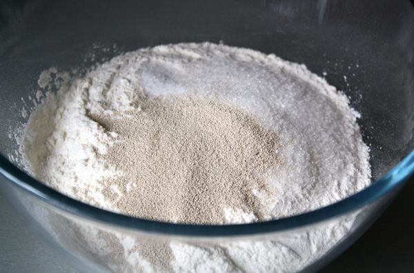 Смешиваем сухие ингредиенты теста — просеянную муку, сахар, дрожжи и соль.