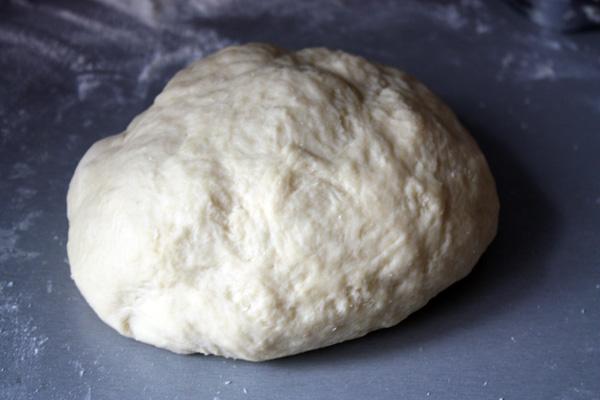 Теперь соединяем обе смеси и замешиваем тесто. 50 г муки, которые у нас остались, используем для подсыпки при замешивании теста. Не старайтесь высыпать их сразу, лучше добавляйте постепенно. Тесто должно получиться мягким, эластичным и хорошо отлипать от рук.