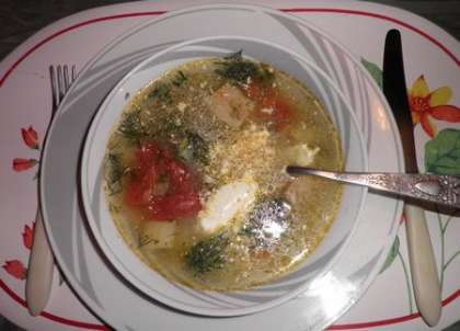 Суп разлить по тарелкам и добавить сметану