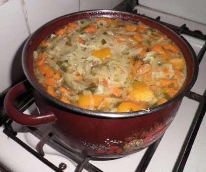 Отварить свиные ребрышки с овощами и специями