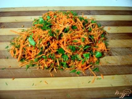 На доске нарезаем зелень и натираем на мелкой тёрке морковь, перемешиваем их.