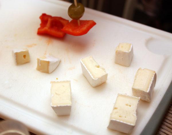 Сначала надо нарезать все составляющие канапе средними кусочками примерно одного размера.<br>У нас будет сыр с белой плесенью и красный перец...