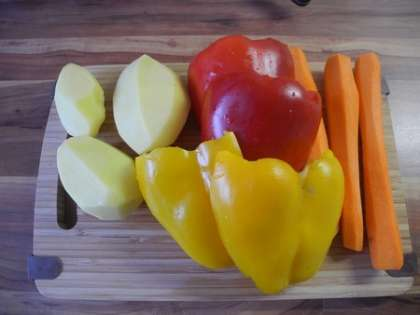 Картофель вымыть и почистить.Морковь вымыть и почистить.Перец вымыть и удалить из него семечки