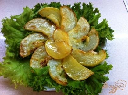На пдлоскую тарелку выкладываем листья салата и сверху слой обжаренных кабачков.