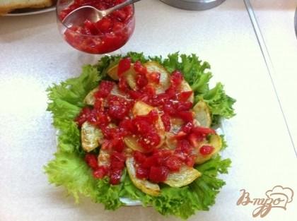 Затем слой помидор со специями