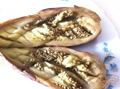 Разарезаем баклажаны не до конца и разворачиаем их на тарелке, делаем насечки и поливаем оливковым маслом и бальзамиком