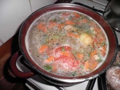 В кастрюлю на 3 литра поместить рульку, зелень, морковь и луковицу. Залить 2,5 литрами воды и поставить на огонь