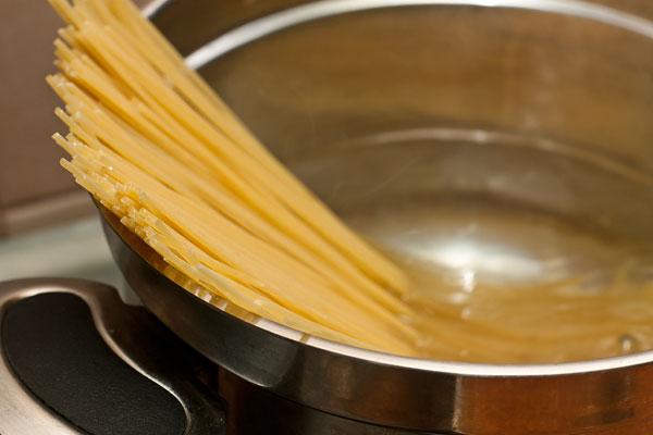 Пока готовится соус, сварите спагетти в большом количестве подсоленной воды с оливковым маслом.