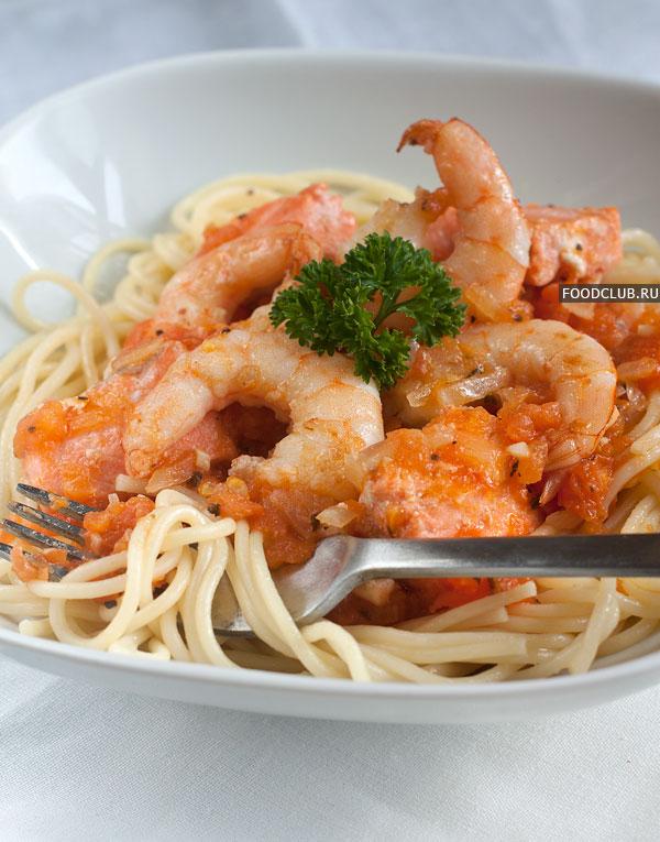 Горячие спагетти разложите по тарелкам, а сверху положите соус. Для большей эстетичности можно не смешивать рыбу и креветки с соусом, а просто уложить их сверху.