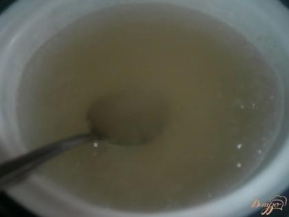 Когда косточки настоятся, можно готовить дальше. Из воды и сахара варю сироп.