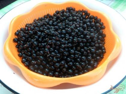 Ягоды обираю с веточек и промываю. Кладу в сито и даю как следует стечь воде, а еще лучше разложить ягоды на полотенце, чтобы подсохли.