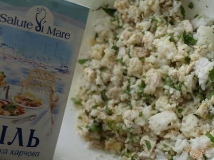 Куриное филе нарезать кубиками и смешать с варёным рисом. Добавить к ним 1 ч.л. морской соли, яйцо, чёрный перец и измельчённую петрушку.