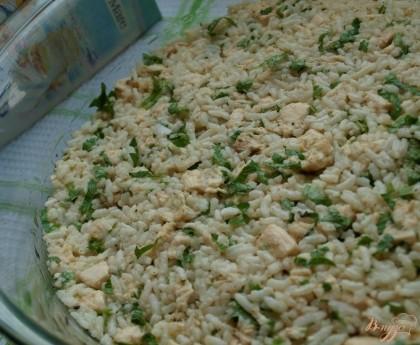 Форму в которой будем готовить запеканку смазываем маслом и выкладываем рисовую смесь.