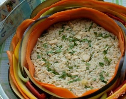 Поверх рисовой смеси по кругу выкладываем овощи начиная от края, чередуем. Например: баклажаны, морковь, кабачки, перец.